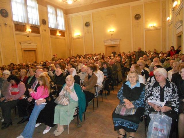 Фотографія заповненого актового залу будинку культури Батюка (08.05.2014)