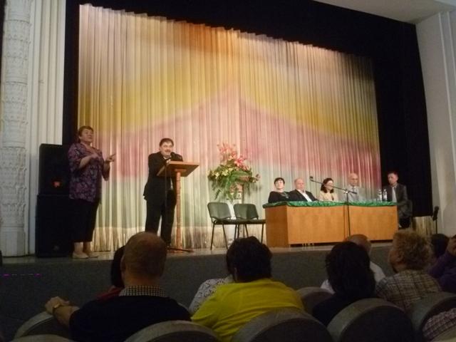 Фотографія президії на сцені будинку культури, на трибуні виступає голова КМДА В.Бондаренко (20.05.2014)