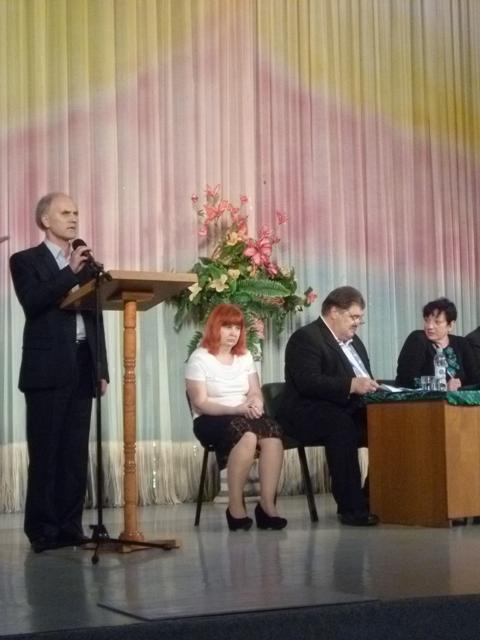 Фотографія президії на сцені будинку культури, на трибуні виступає голова КМО УТОС М.Новосецький (20.05.2014)